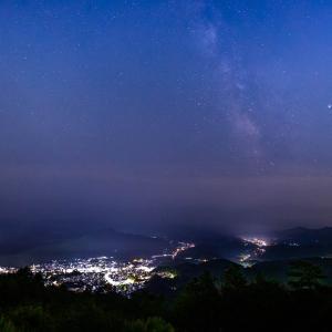 8月の夜空に浮かぶ天の川と美しい宇陀の夜景