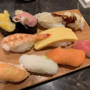 お得「近所の回転寿司」で盛合せ。