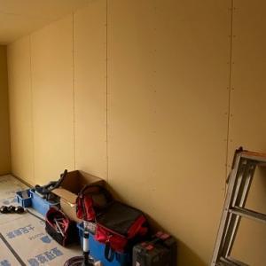 着々と進む内装工事(石膏ボード、床材、ドア、収納の設置など)