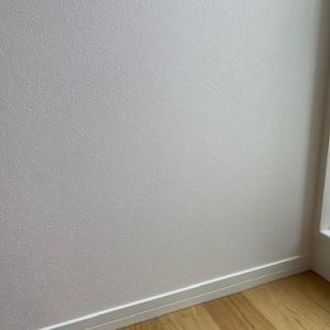 壁紙&巾木とダウンライトが施工される様子を画像付で公開!