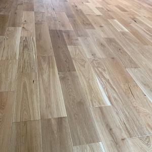 無垢挽き板の床材で後悔無し!突板との違いを画像で比較。