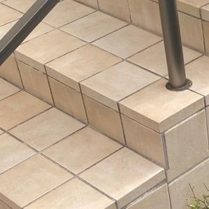 玄関アプローチ階段の外構工事に納得できず、やり直してもらうことに。