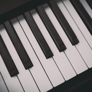 それは・・・・ピアノの側にいる