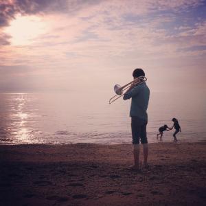 海辺で楽器を