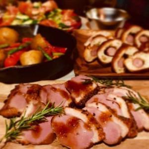 手軽に簡単キャンプ飯!鶏と野菜とキノコ蒸しとコンソメ餃子鍋!