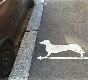 パリの歩道に謎の犬マーク