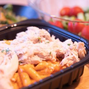 コストコの定番のお惣菜「レッドアルフレッドチキンペンネ」を初購入