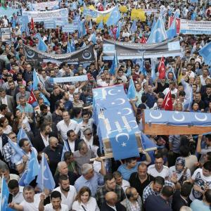 中国による洗脳教育|新疆で起こっているウイグル人弾圧