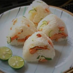鮭のおにぎり100品連打vol.42 照り焼鮭と酢橘(すだち)飯のおにぎり