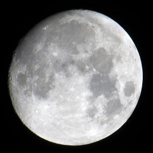 熱帯夜に見上げる月