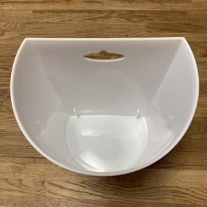 セリアで半円形の白いゴミ箱購入!壁際に置けて省スペースです。