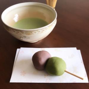 抹茶とこし餡、二色だんごで一服。
