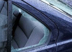 車の窓割られた