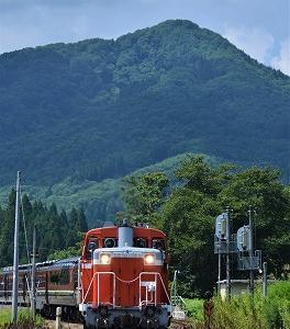 今夏の18きっぷの旅③ 【 あららら・・・・赤い機関車が 】