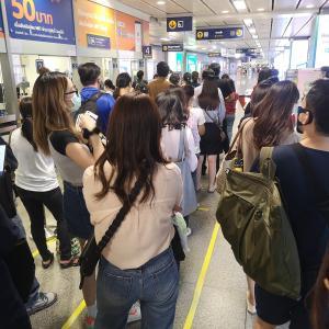 通勤時間 密を防ぐ為に 地下鉄の駅 入場制限中