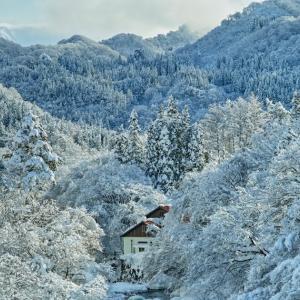 雪景色に囲まれて / A house with a snowscape
