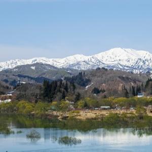 白川湖を抱く飯豊連峰 / Lake Shirakawa and the Iide mountain range