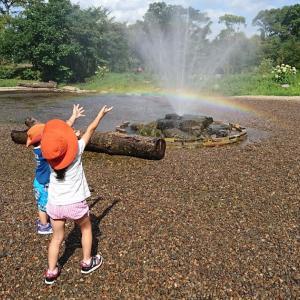 虹を作る子供達@夏休みキャンプ