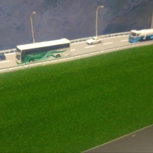 """「北楢崎駅と楢崎川橋梁」(6)左手の斜面""""高速道路""""作り。"""