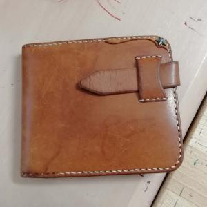 友人の財布を修理中