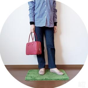 ブルーシャツに赤いバッグを合わせたコーデ