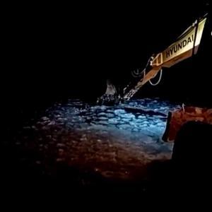 【犬猫動物動画まとめ】凍る湖に落ちた犬を重機で助ける優しいロシア人 2019年11月11日(現地)
