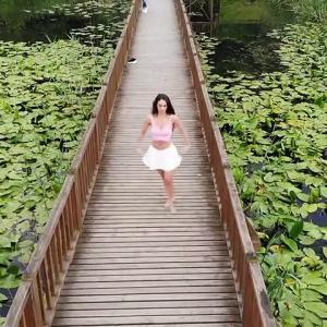 【犬猫動物動画まとめ】Doğal alanda dans ederek farkındalık oluşturdu