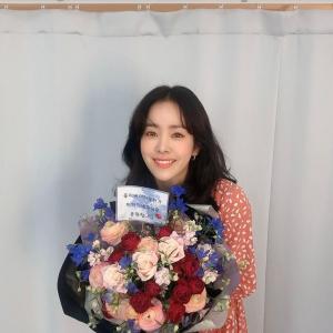 【画像2枚】女優『ハン・ジミン』インスタグラム更新!花束をもらって笑顔で「Thank you」