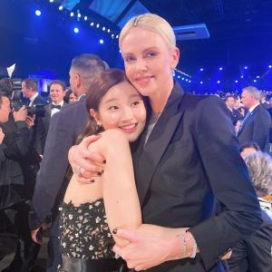 【画像3枚】『パク・ソダム』ハリウッド女優「シャーリーズ・セロン」とハグ!
