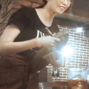 """<新宿の焼き肉屋でぱるるが働いている!>島崎遥香、社会勉強のために新宿・焼き肉店で""""神対応""""バイト中!"""