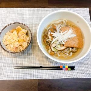 今日の夕飯は秋メニュー!さつまいもの炊き込みご飯ときのこたっぷりきつねうどん。