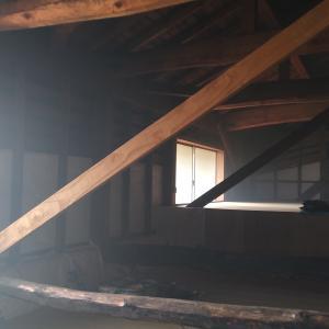 屋根裏を蚊取り線香で「くよ」す。囲炉裏に学ぶ害虫対策。
