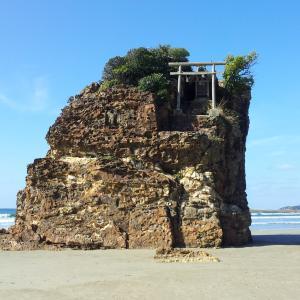 稲佐の浜の不思議な大岩「弁天島」。地元で古くから愛される「べんてんさん」。