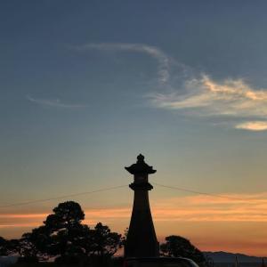 宍道湖に映る夕日を眺める『白潟公園』で一生の思い出を。公園から徒歩1分で行ける美術館で夕日を見ながら楽しめる縁結びスポットもご紹介。