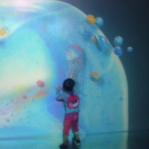 【光の深海展】4歳息子とのデートはきらめく体験型デジタルアート