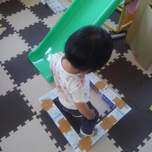 【牛乳パック工作】おうち遊びでバランス感覚が身に付く平均台を簡単に作る