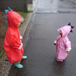 【子ども用レインコート】かわいい恐竜がちょこちょこ歩く姿にキュン。雨の日が楽しくなります。
