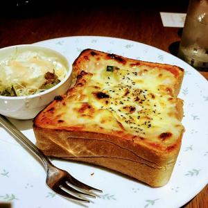 【シルエット(新宿)】アクセス良好なカジュアルカフェで、肉厚ピザトーストをいただきます!【チケットレストラン利用可!】