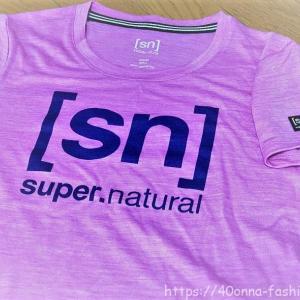 [sn] スーパーナチュラルのエッセンシャル・半袖ロゴTシャツ