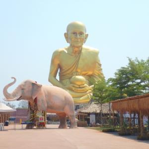 カオヤイ近郊で黄金に輝く巨大像、その正体は?