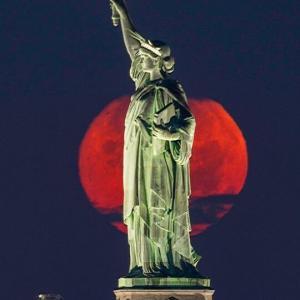 今日の瞑想 257 ニューヨークの赤い月