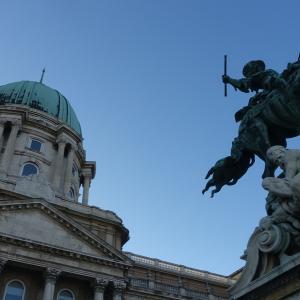 王宮からディース広場。金の鷲薬局博物館、ブダの宮殿ラビリンスは。。。