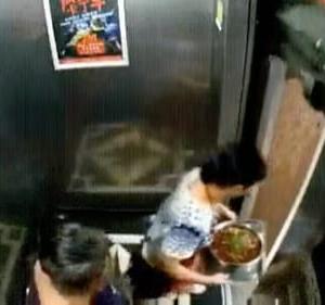 間一髪の出前のおばちゃん・・動き出したエレベーターから飛び降りる
