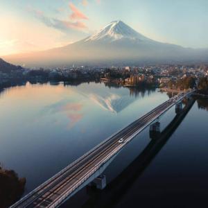 海外の反応「この景色、神がかってる!」河口湖大橋から撮影された富士山に感動する外国人達