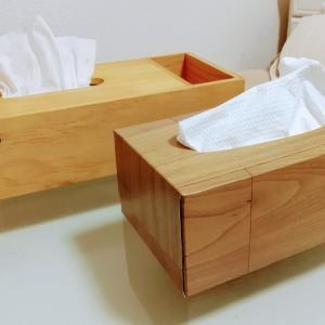 ペーパータオルの空き箱がダイソーのリメイクシートで、無印の食器棚に雰囲気ぴったりになった