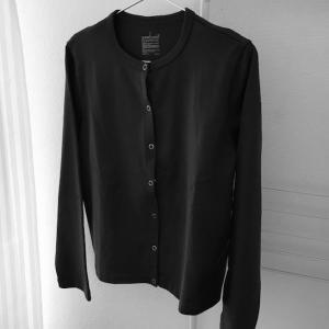 洗濯したら黒い綿素材の服にホコリが…コロコロで取れない。ダイソー商品で服のお手入れ。