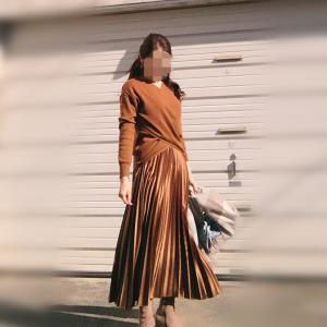 【ZARA】のツヤ感がたまらないプリーツスカートでアラフィフコーデ♪