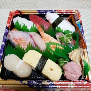 息子にお寿司を食べさせてもらう