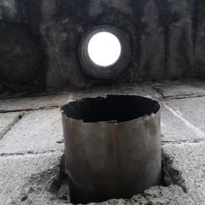 火災防止・煙突効果向上のために風呂釜の煙突を延長しときます。
