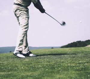 「ゴルフ」切り返しは腰を回さない?切り返しから体重移動はする?